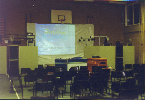 Now we are at the Compo-hall, with the autobump-bigscreen.  (41 kb)